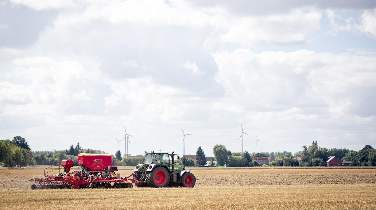 https://www.bioland.de/fileadmin/user_upload/Verbraucher/Blog/Politik_und_Gesellschaft/Farm_to_Fork/Traktor_Acker_Landschaft_skaliert.jpg