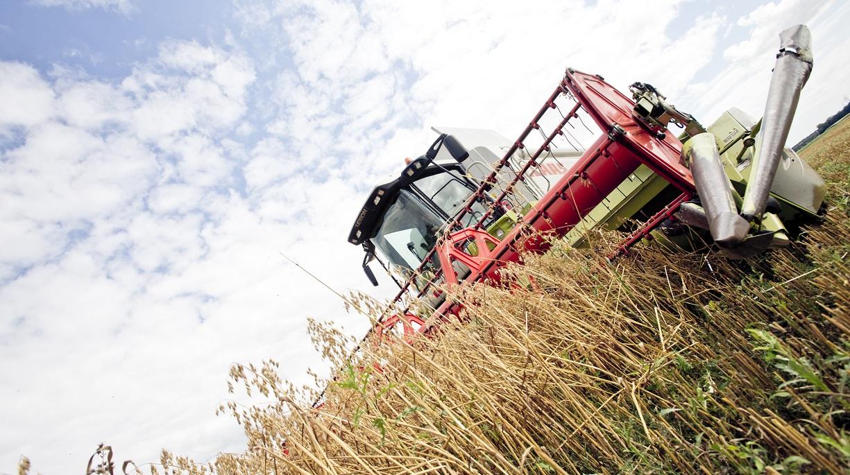 https://www.bioland.de/fileadmin/user_upload/Verbraucher/Blog/Politik_und_Gesellschaft/Farm_to_Fork/Traktor_Feld_skaliert.jpg